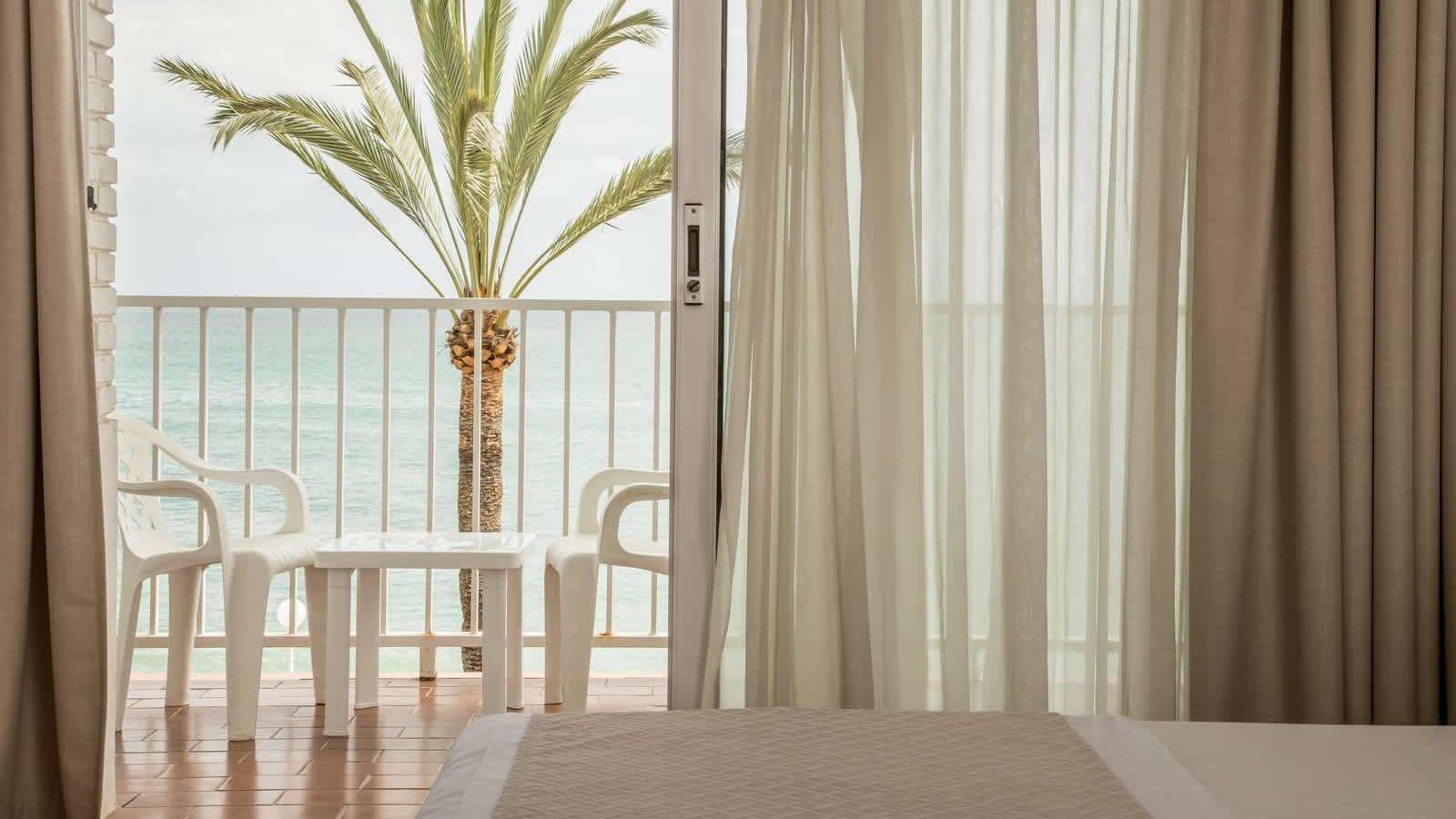 Habitació Triple de l'Hotel Carlos III a Alcanar - Sant Carles de la Ràpita - Delta del Ebro