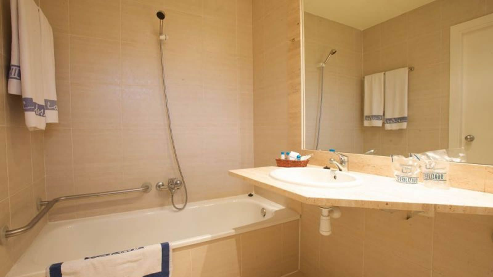 Habitación Adaptada del Hotel Carlos III en Alcanar - San Carlos de la Rápita - Delta del Ebro