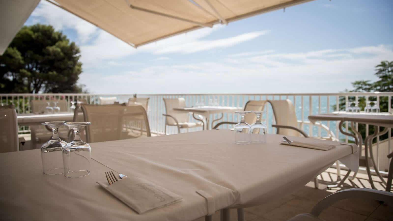 Terraza del Restaurante del Hotel Carlos III en Alcanar - San Carlos de la Rápita - Delta del Ebro