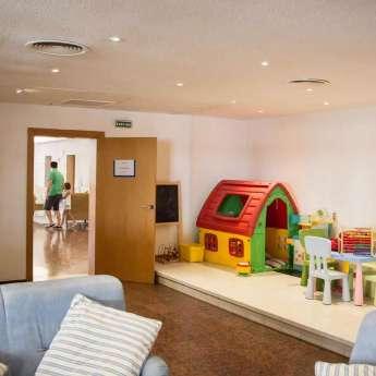 Sala de juegos para niños dentro del Hotel Carlos III en Alcanar - San Carlos de la Rápita - Delta del Ebro